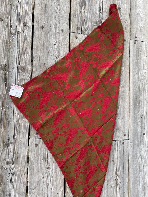 Rødt og gullfarget silkesjal
