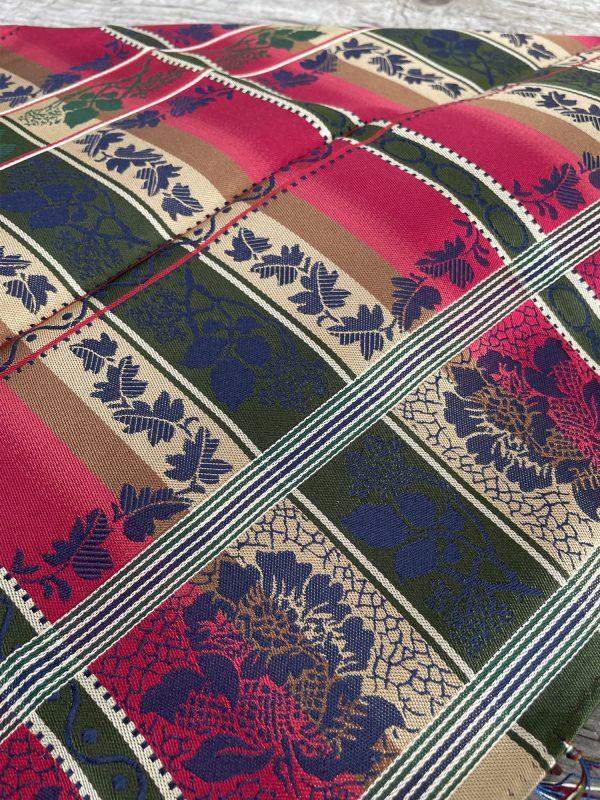 Fargerikt silkesjal for bunad