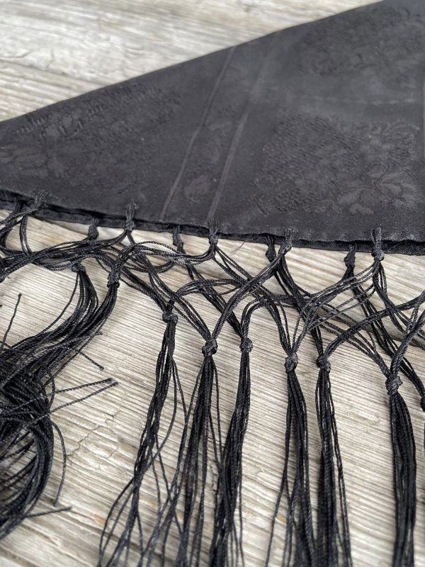 Sort silkesjal til bunad med frynser